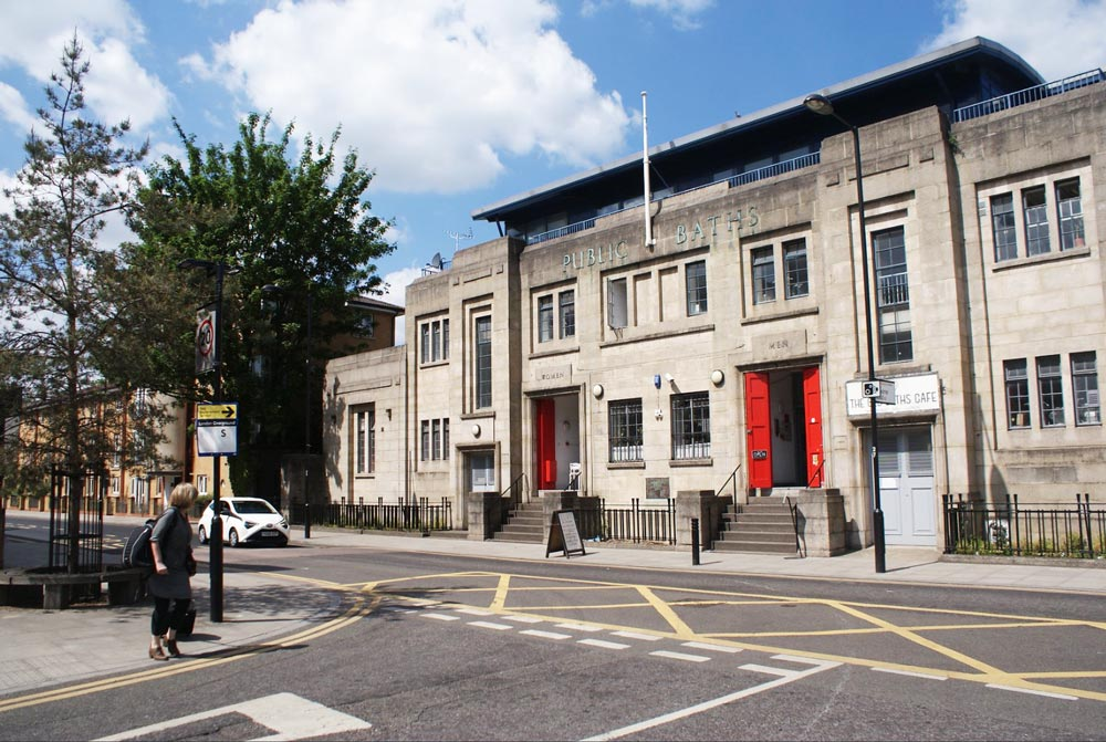 Ancien bains publics de style art deco transformés en cafés et restaurants dans le quartier d'Hackney Wick à Londres.