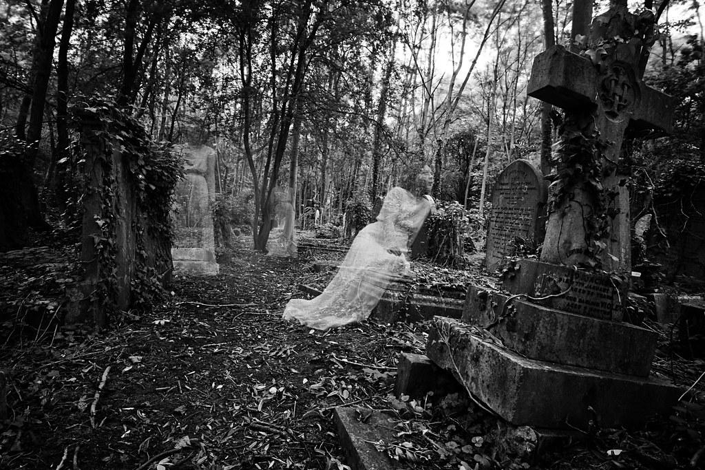 Dans la partie ancienne et mystérieuse du cimetière de Highgate dans le quartier de Hampstead à Londres - Photo de Chris JL