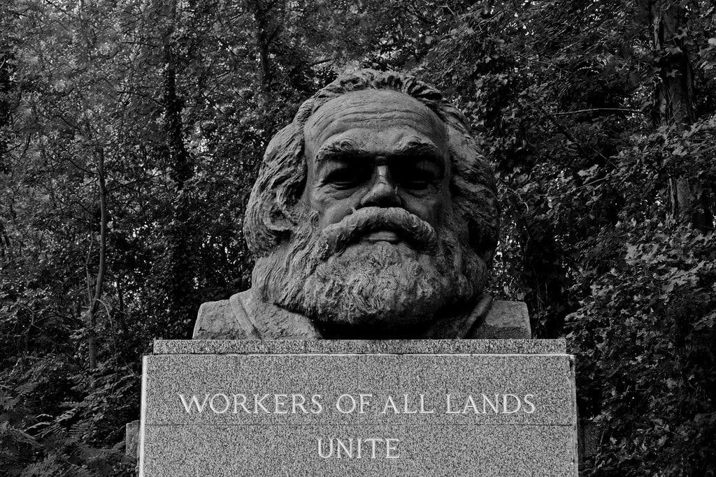 Buste sur la tombe de Karl Marx dans la partie publique du cimetière de Highgate dans le quartier de Hampstead à Londres - Photo de Leo Reynolds