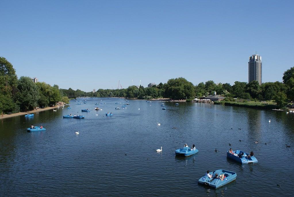 Lac de Serpentine dans le parc de Hyde Park à Londres