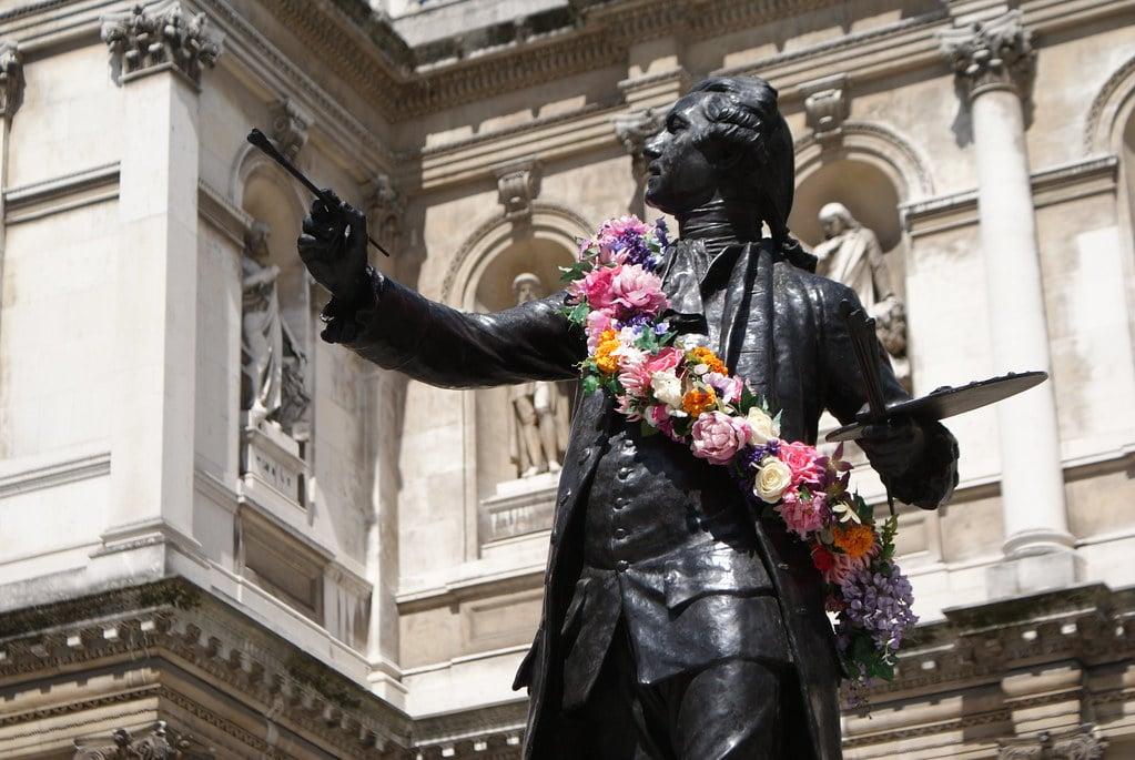 Devant la Royal Academy of Arts à Londres dans le quartier de Mayfair.