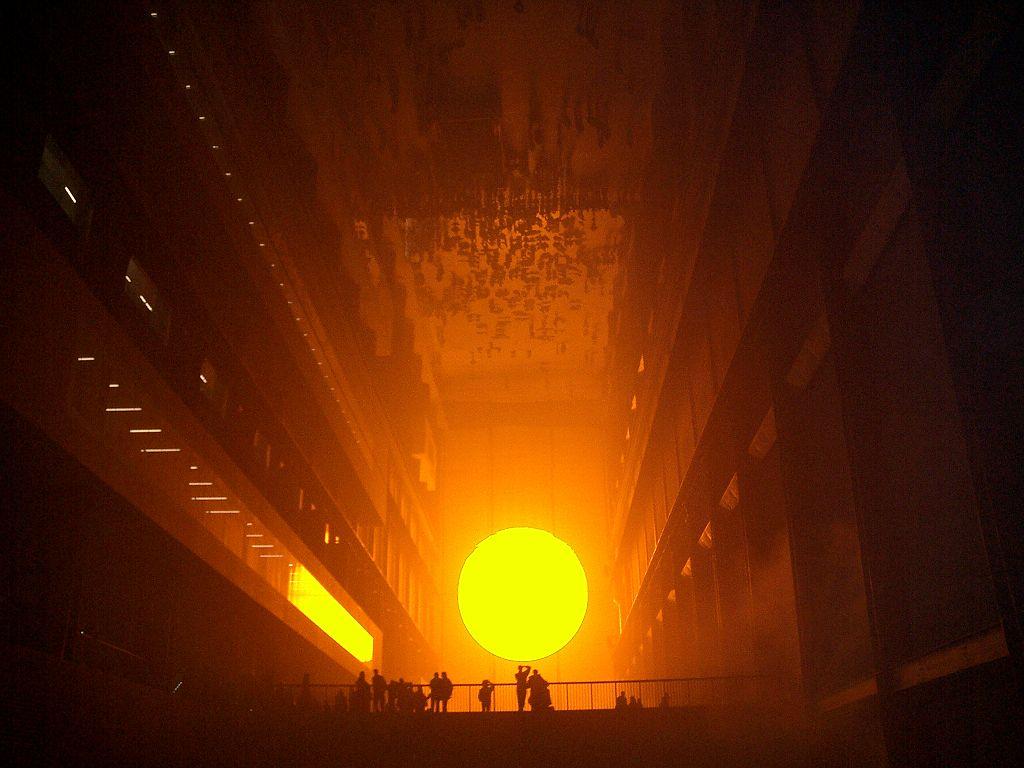 Weather project dans le musée d'art contemporain de la Tate Modern de Londres.