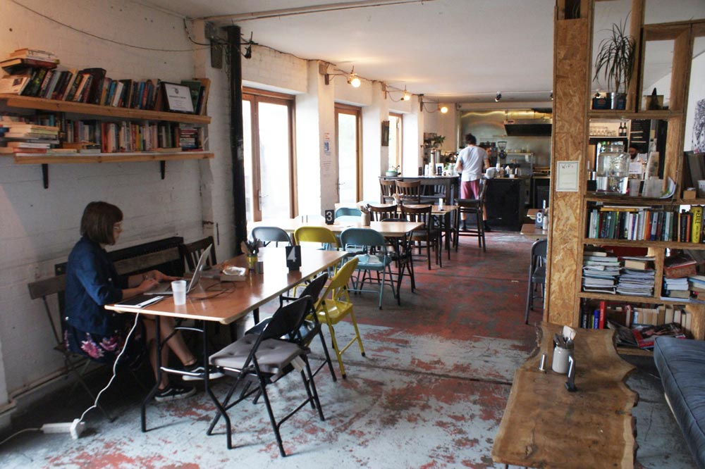 Dans le café et galerie d'art Stour Space du quartier d'Hackney Wick à Londres.