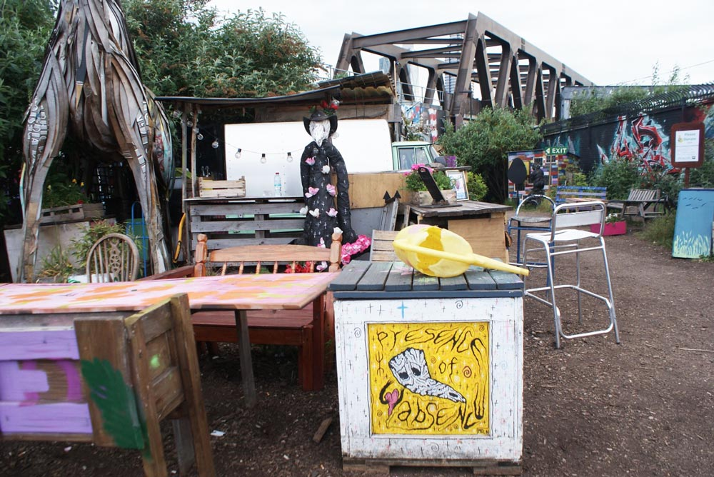 Salon en plein air au Nomadic community garden de Londres.