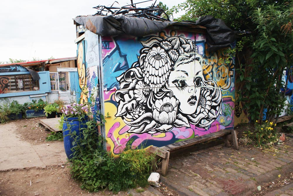 Street art et cahute au Nomadic community garden de Londres.