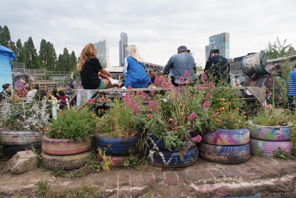 Espace forum au Nomadic community garden de Londres.