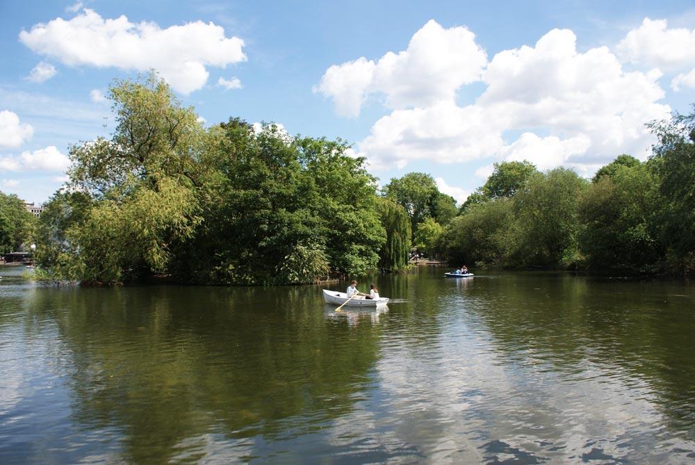Charmant lac dans la partie sud du Victoria Park près de Bethnal Green à Londres.