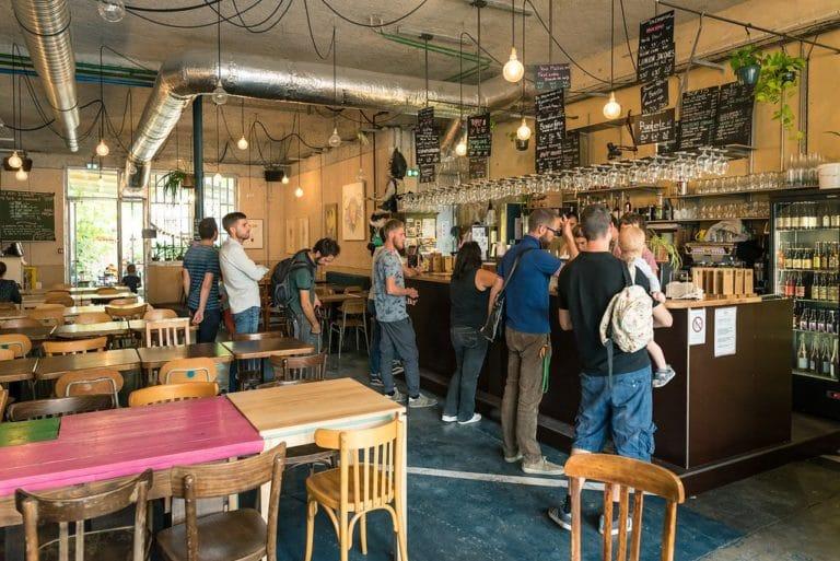 A l'intérieur du Biéristan à Lyon / Villeurbanne, l'une des meilleures adresses où boire une bière dans l'est lyonnais. Photo : Aurélien Audy.