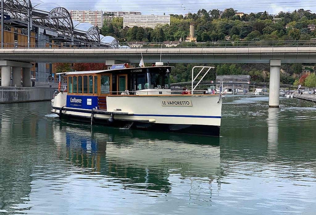 Le Vaporetto est une liaison fluviale sur la Saône dont le point de départ est le pôle nautique de la Confluence à Lyon. Photo de Benoît Prieur CC by SA