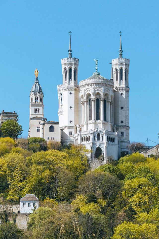 Basilique de Fourvière, l'embleme de Lyon sur la colline qui prie - Photo d'Atypeek