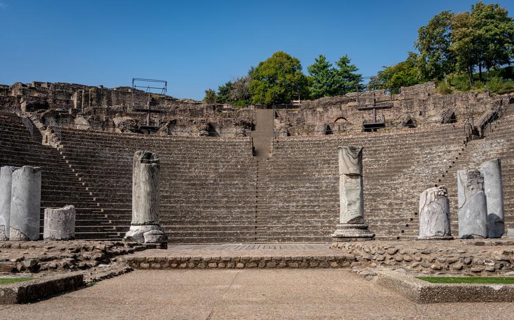 Vue depuis l'arrière de la scène du Théâtre Gallo-romain de Fourvière à Lyon - Photo de Mike Benna