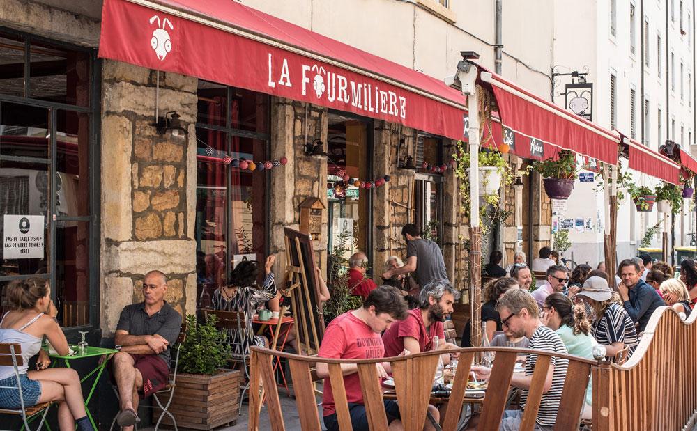 Terrasse du bar La Fourmillière dans le quartier de Guillotière à Lyon.