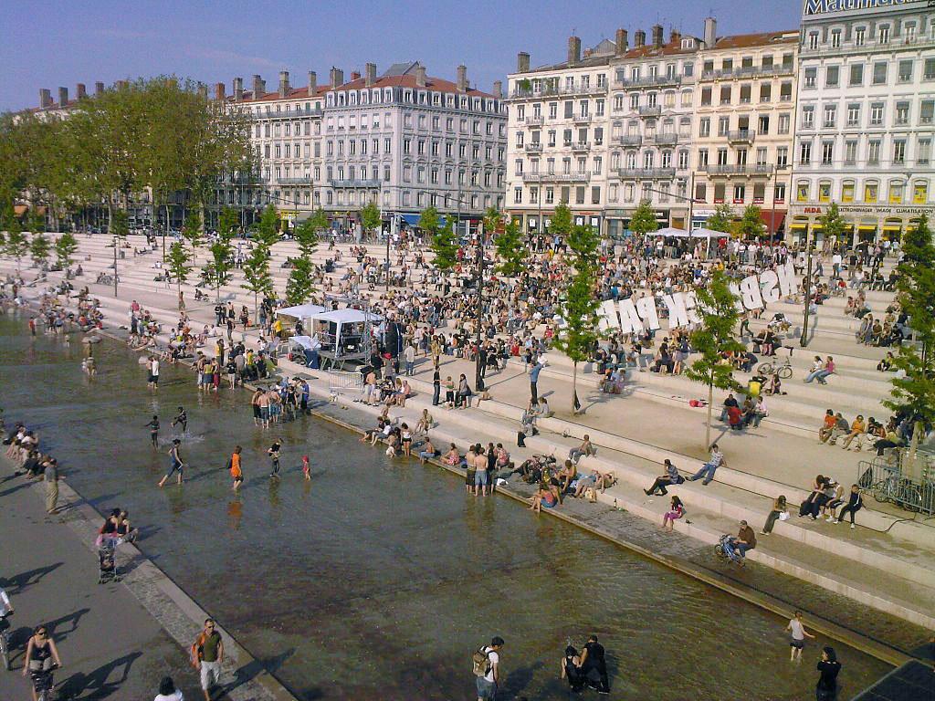 Esplanade sur les Berges du Rhône dans le quartier de Guillotière à Lyon. Photo de Twowings