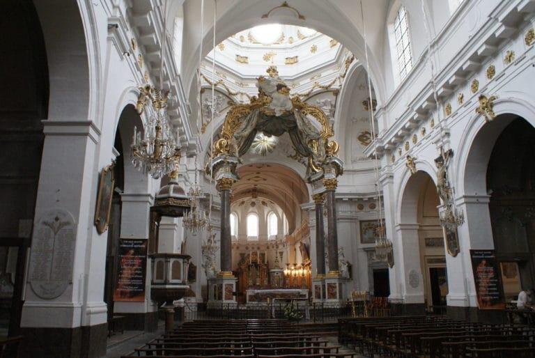 Nef et baldaquin de l'église Saint Bruno des Chartreux à Lyon.