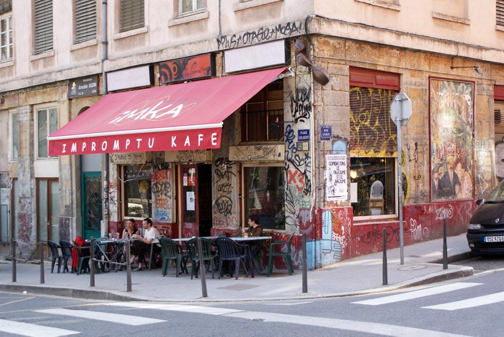 Bar de la place Colbert à 2 pas de la Cour des Voraces dans les pentes de la Croix Rousse à Lyon.