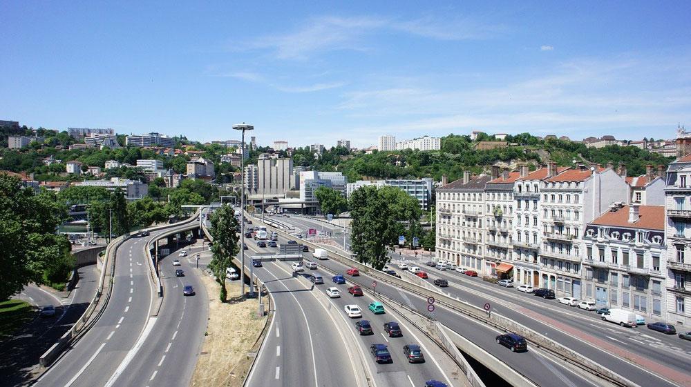Autoroute urbaine dans le quartier de Perrache à Lyon.
