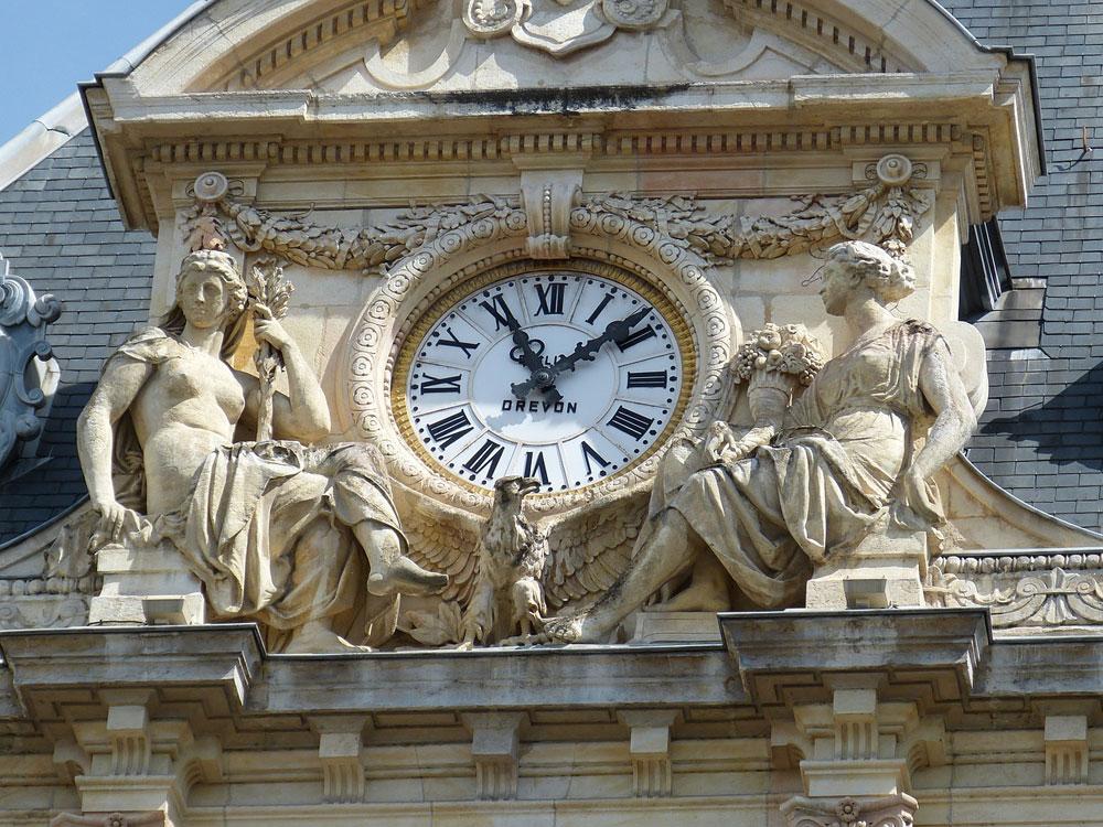 Horloge du Palais de la Bourse à Lyon.