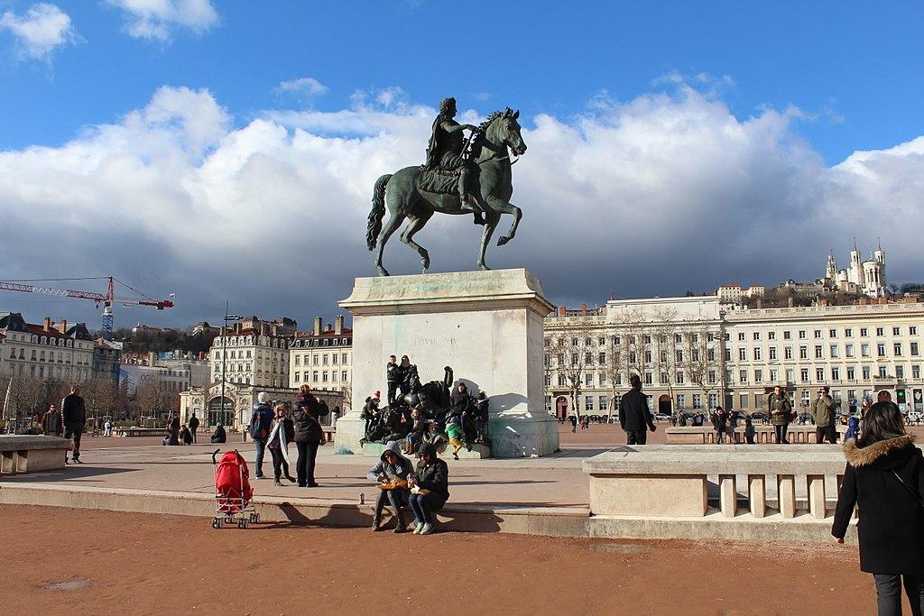 Place Bellecour, le coeur du quartier de la Presqu'île à Lyon avec Louis XIV sur son cheval de bronze. Photo de Chabe01