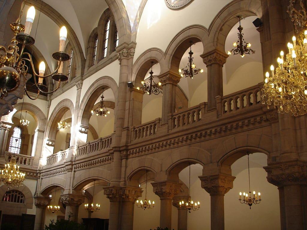 Galerie des femmes à l'intérieur de la Synagogue de Lyon. Photo de FLLL