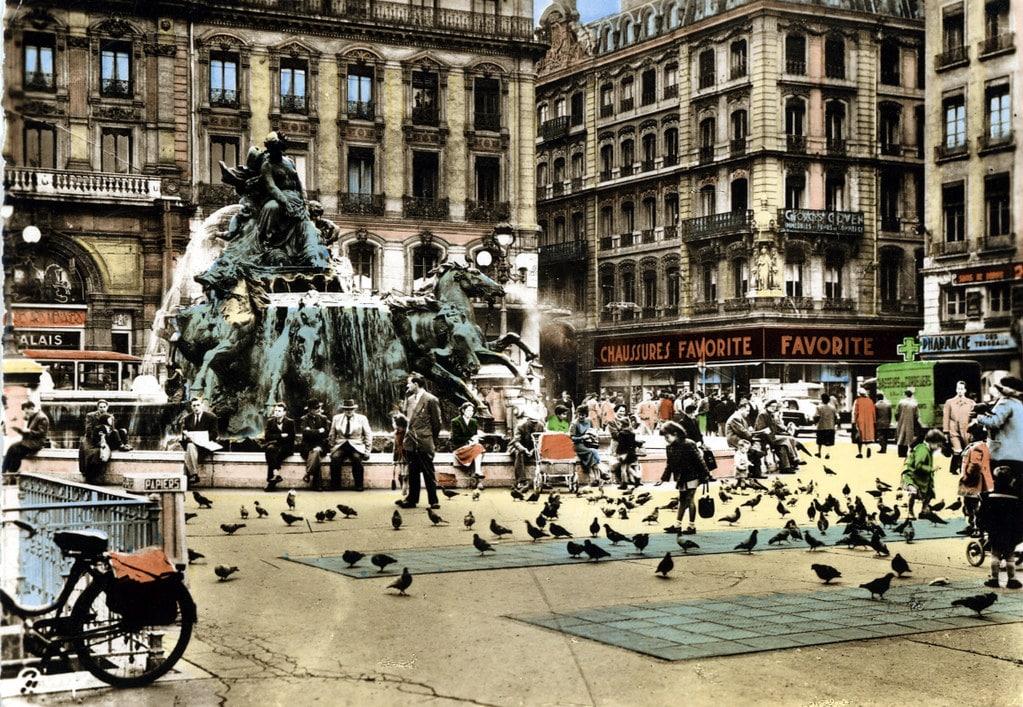 Carte postale de la place des Terreaux à Lyon avant le déplacement de la fontaine de Bartholdi (années 1950 ?).