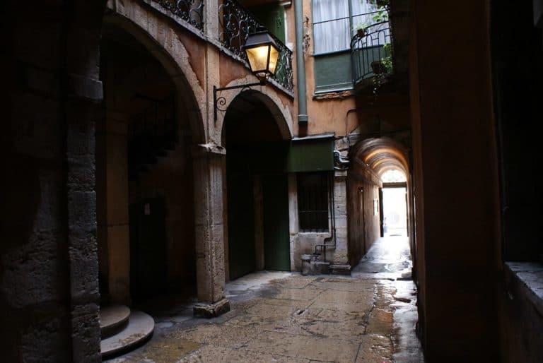 Traboule dans le quartier de Saint Jean : Passage élégant, mystérieux et typique de Lyon.