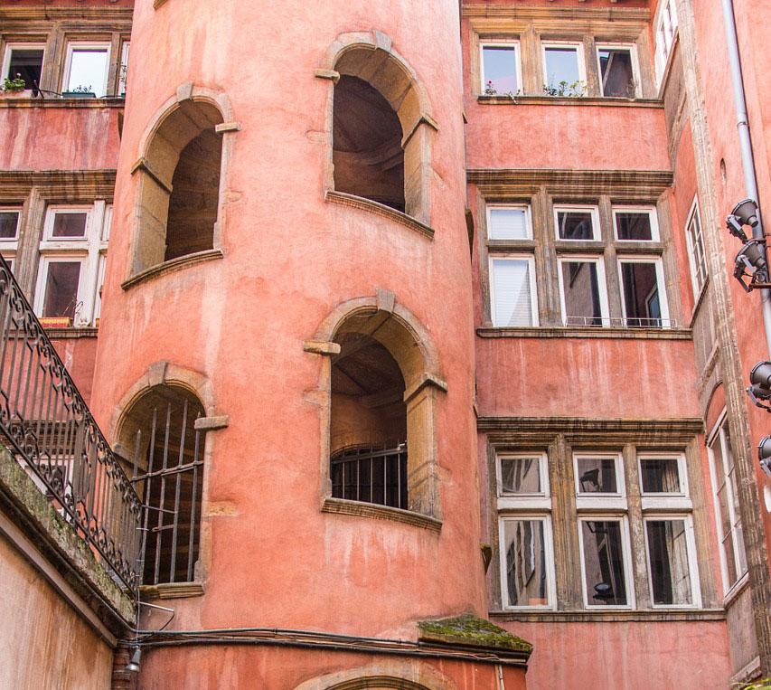 Détails de la Tour Rose, un des batiments emblématiques de Saint Jean à Lyon.