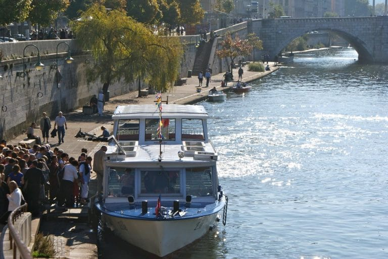 Navette fluviale ou croisière en bateau mouche sur le quai Saint Vincent (Saône) à Lyon.