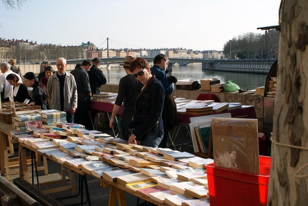 Marché des bouquinistes sur le quai de Saône dans le quartier des Terreaux à Lyon.