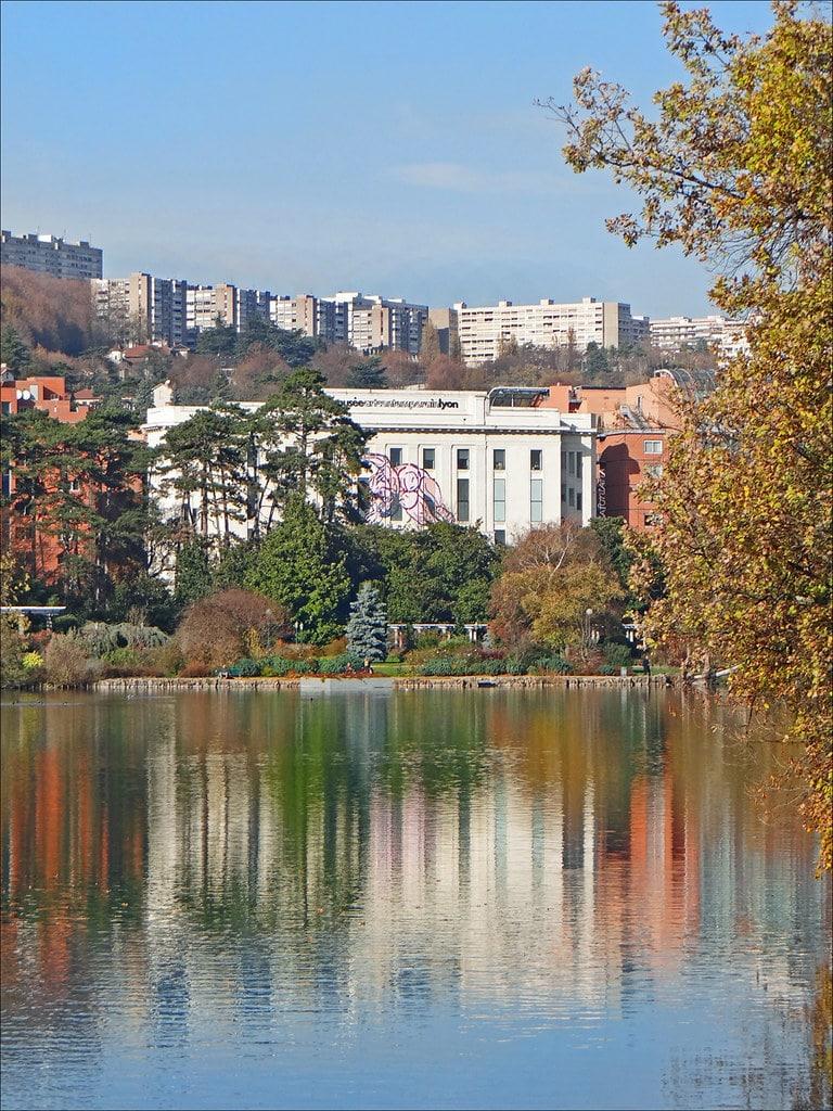 MAC, musée d'art contemporain de Lyon à travers le Parc de la Tête d'Or - Photo de Jean Pierre Dalbera