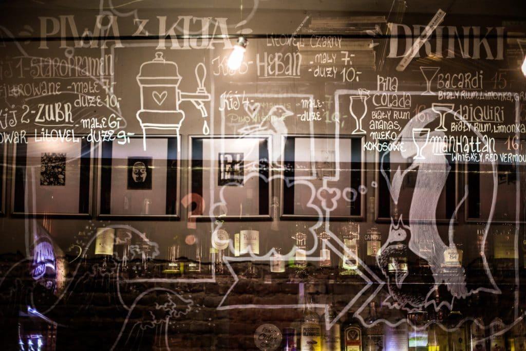 > Bar à bières artisanales du Lysy Pingwin à Varsovie.