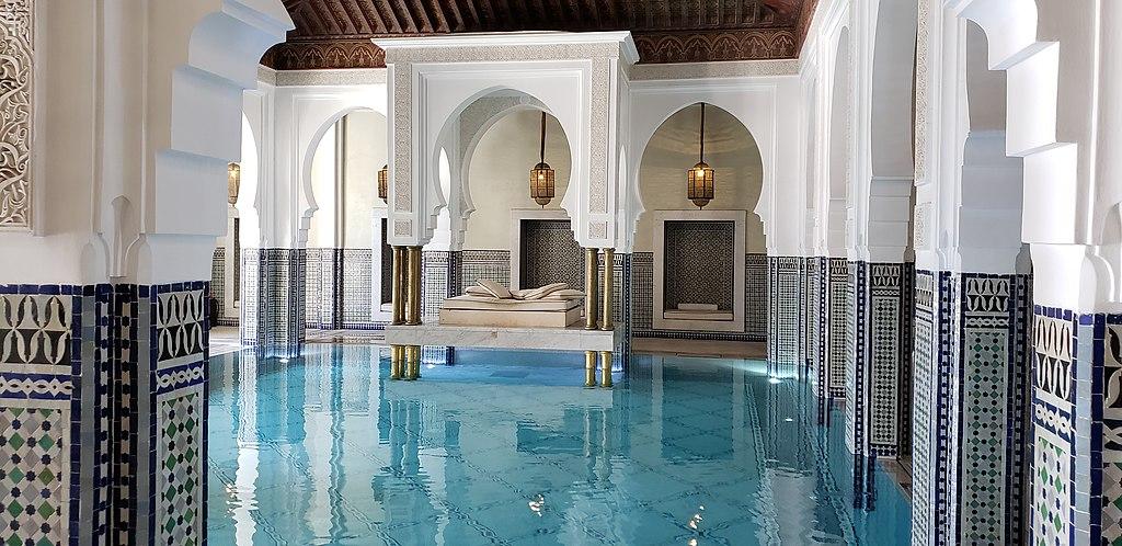 Piscine intérieure de l'hôtel de luxe La Mamounia dans le quartier de l'Hivernage à Marrakech. Photo de Pi3.124