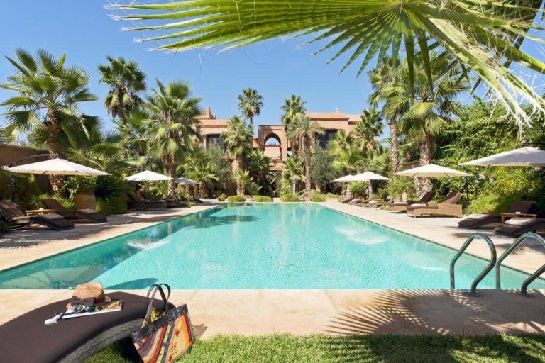 Hotel de charme autour de Marrakech : Au bord de la piscine du Tigmiza Boutique Hotel & Spa de Marrakech.