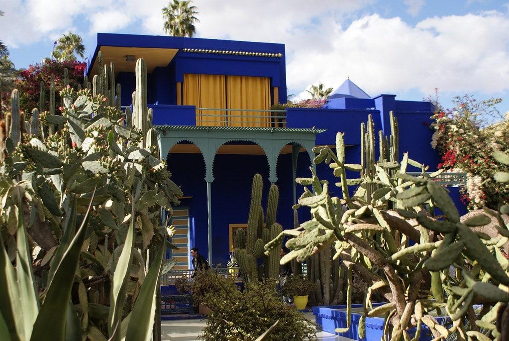 Maison et jardin Majorelle à Marrakech au milieu des cactus. Le bleu Majorelle restera longtemps dans un coin de votre tête.