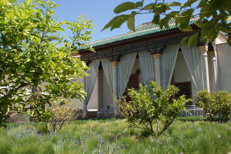 Un des agréables cafés du jardin secret de Marrakech au milieu des lavandes et des orangers.