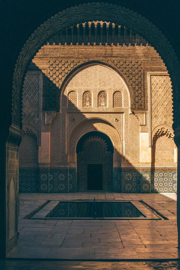 Cour de la Medersa Ben Youssef dans la Médina de Marrakech -Photo de Don Fontjin