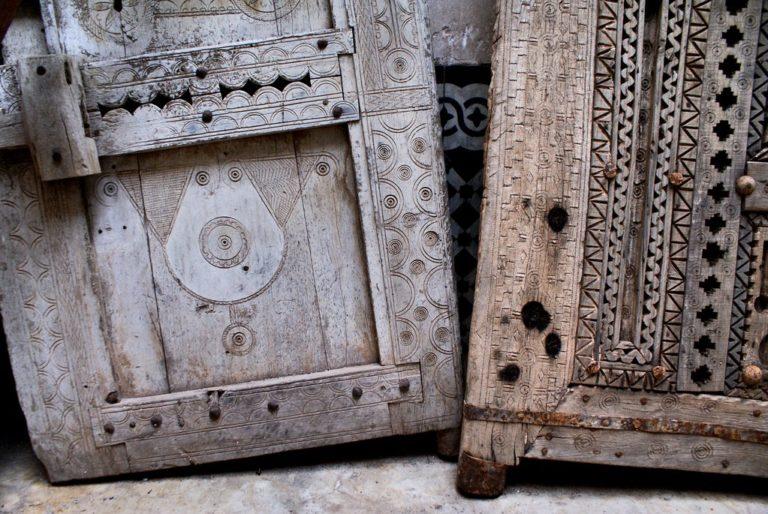 Portes en bois finement sculptées au musée Bert Flint de Marrakech.