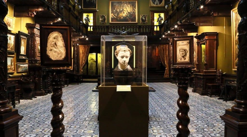 Belle collection d'art au Musee Filangieri à Naples.