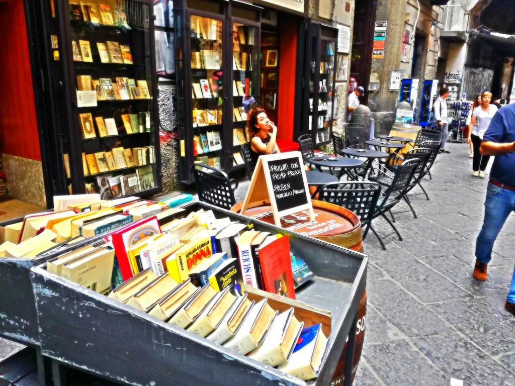 Magnifique combo : Bar à vin + librairie au Libreria Berisio dans le centre historique de Naples.