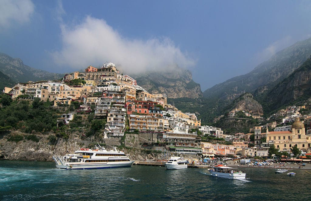 Côte Amalfitaine près de Naples : Vue sur la ville de Positano entre mer et montagne - Photo de Jensens