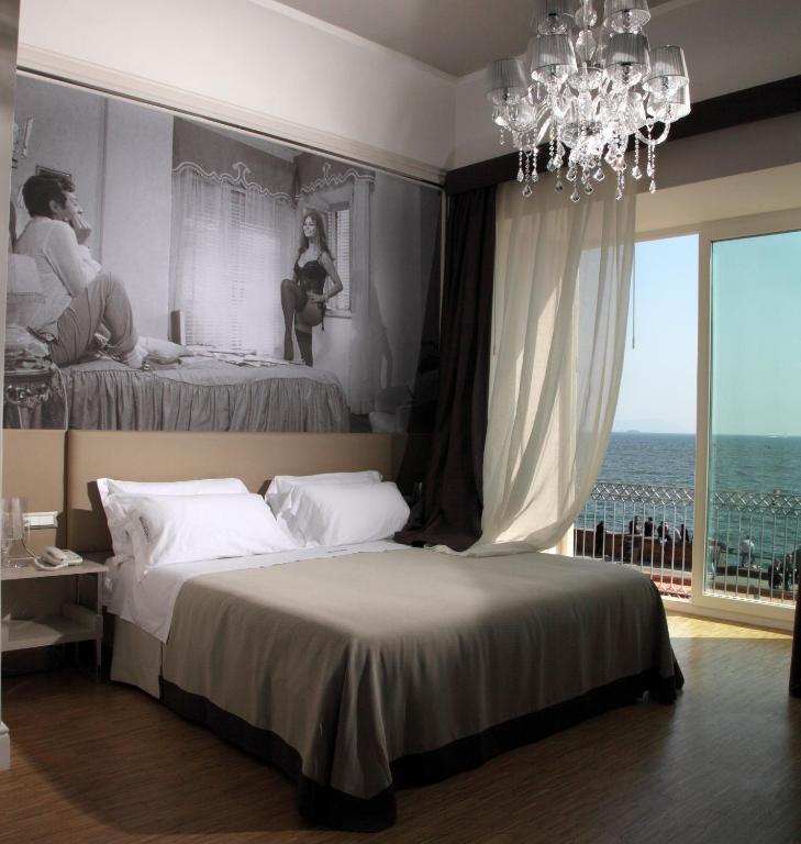 Vue sur la mer depuis l'hotel Partenope Relais à Naples.