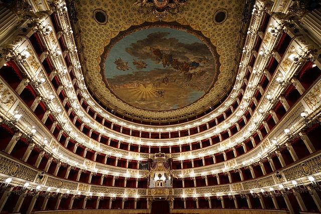 Dans le somptueux théâtre San Carlo à Naples : La salle d'opera la plus ancienne au monde..