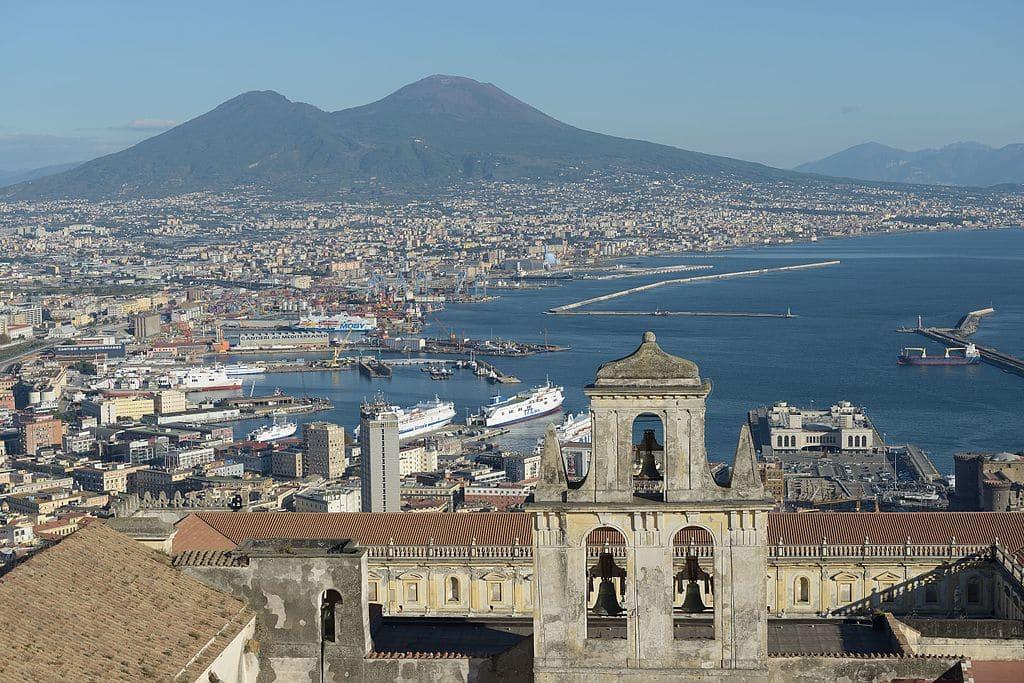 Vue sur Naples et le Vésuve depuis la colline du Vomero (chateau castello Sant Elmo) - Photo by Wolfgang Moroder