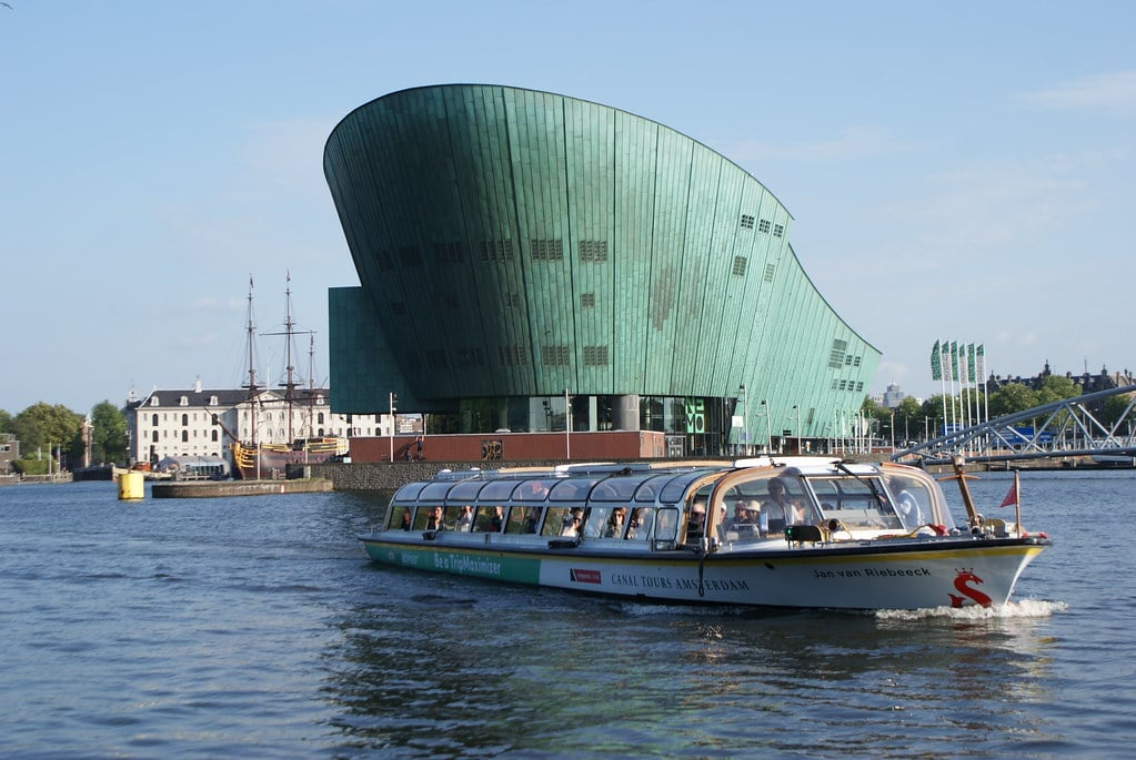 Au premier plan, le Musée Nemo à Amsterdam. Au second celui de la marine.