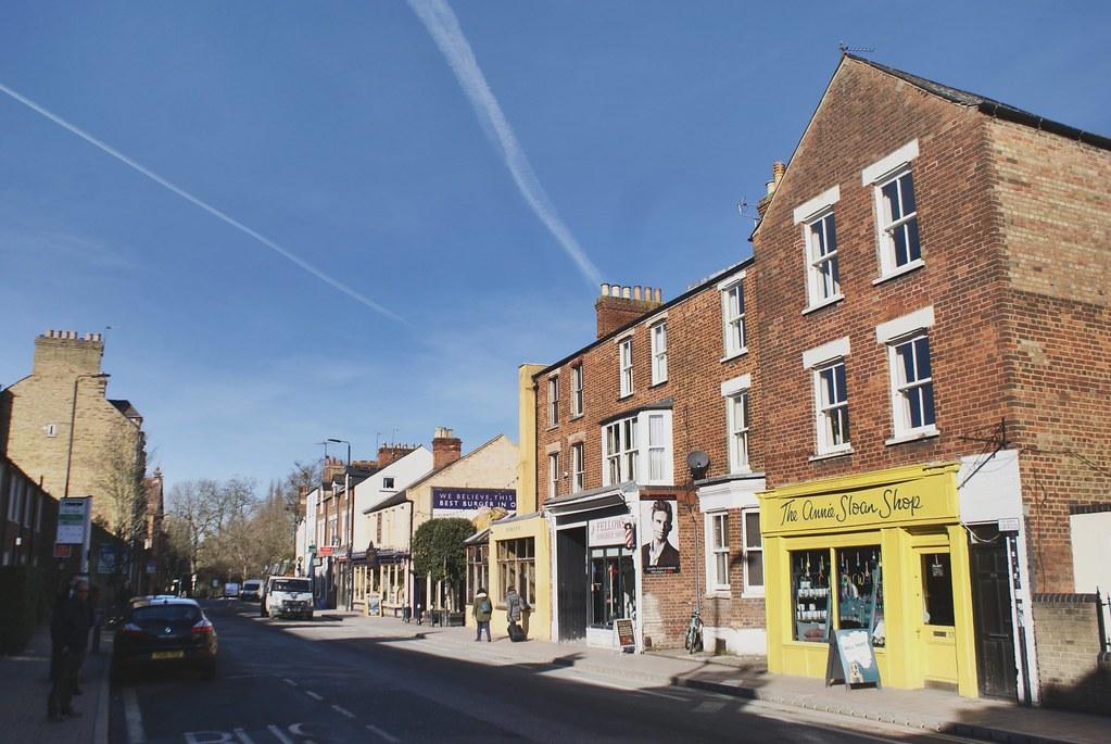 > Sur Cowley road, quelques boutiques indépendantes, bars et cafés à Oxford.