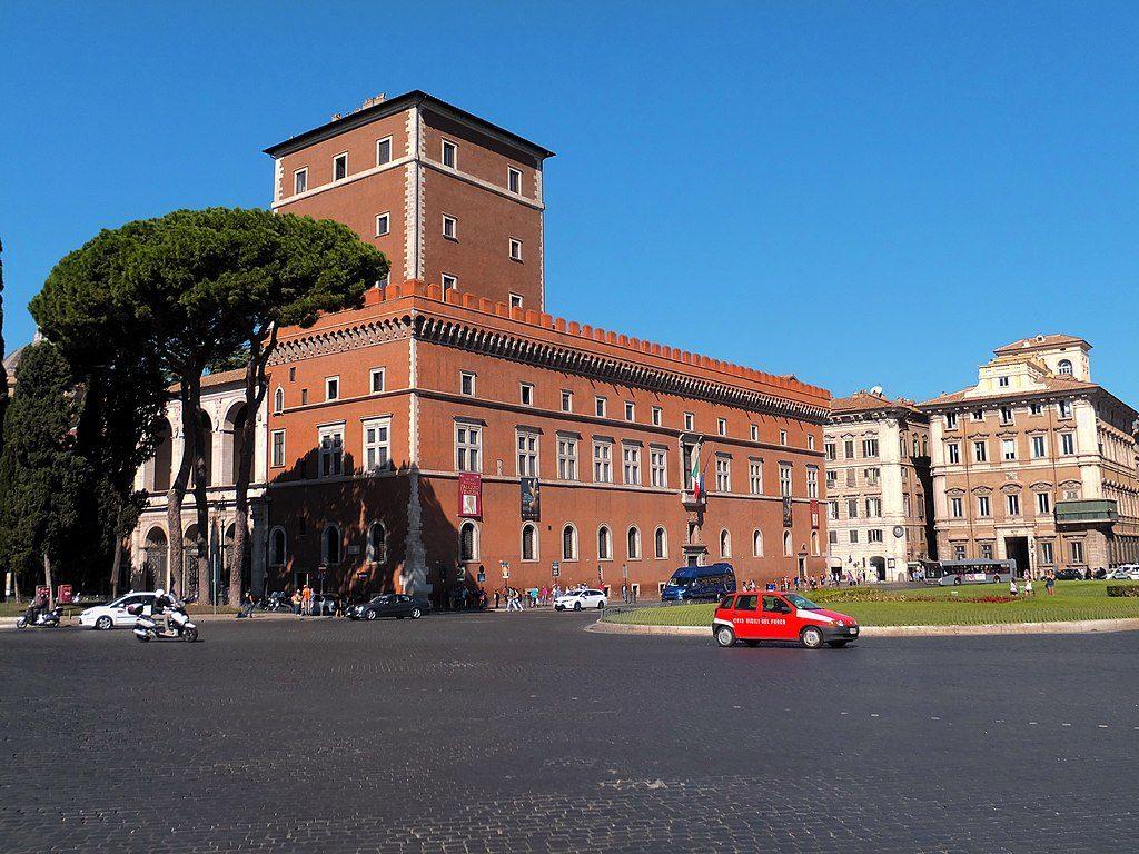 Extérieur du Palazzo Venezia sur la place du même nom à Rome - Photo de Lienyuan Lee