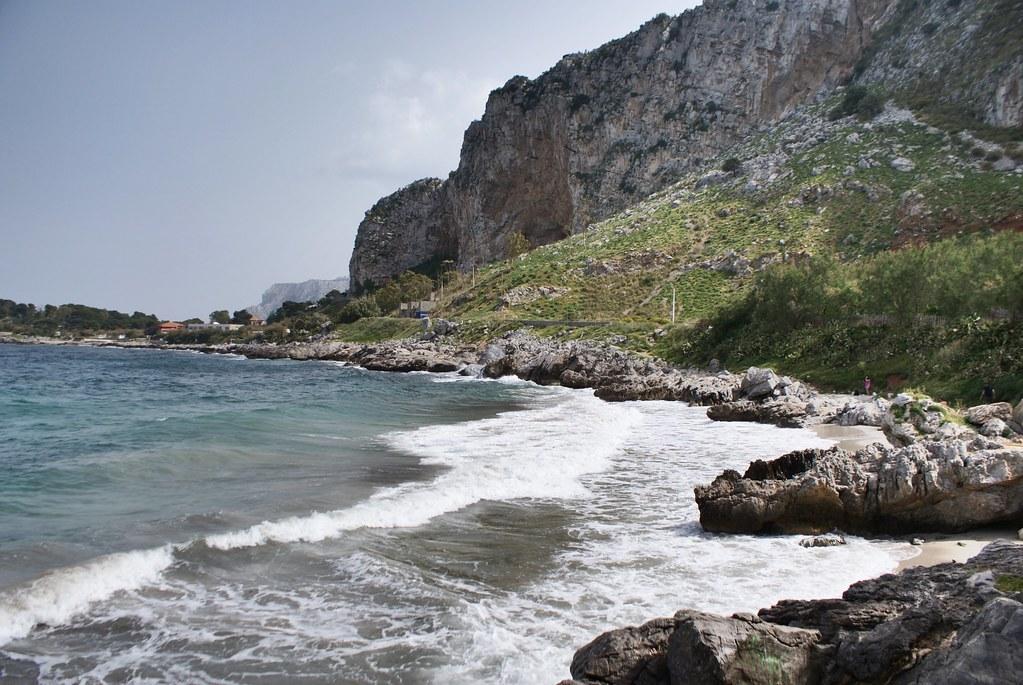 Petites criques de la réserve naturelle de Capo Gallo à côté de Mondello au nord de Palerme.