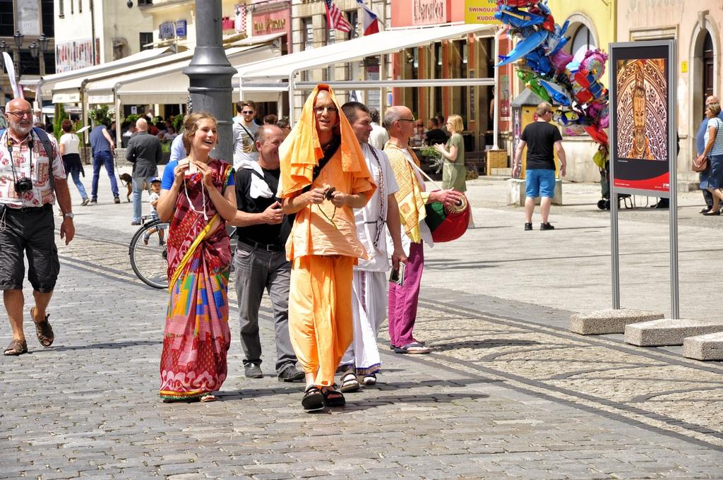 Hare Krishna dans une ville en Pologne : La lutte coloré contre la kielbasa grillée ?