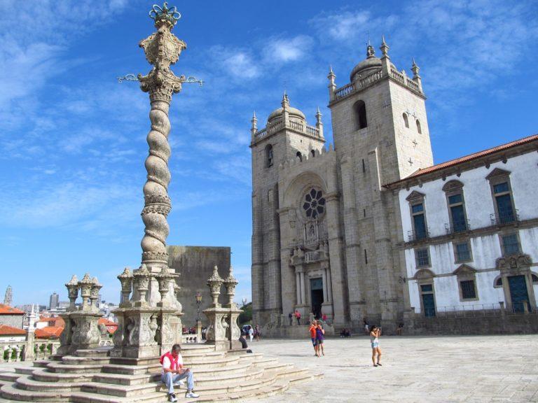 La Sé, forteresse cathédrale de Porto et la colonne où étaient pendus les condamnés.