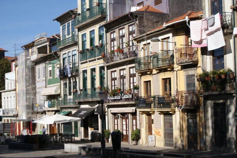 Façades colorées d'immeubles dans le quartier Baixa / Sé à Porto.