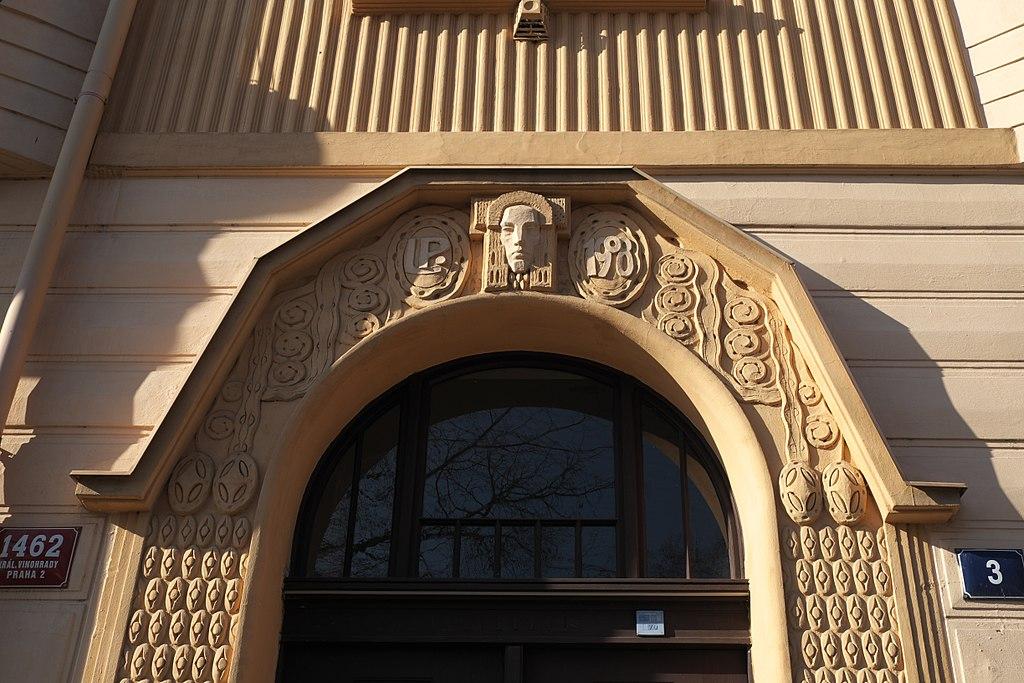 Détails architecturaux art nouveau au dessus d'une porte de Vinohrady à Prague - Photo de GFreihalter